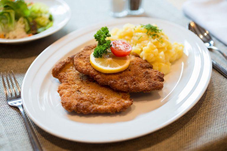 Schnitzel Wienerart Kartoffelsalat Gasthaus Brauner Hirsch Waller