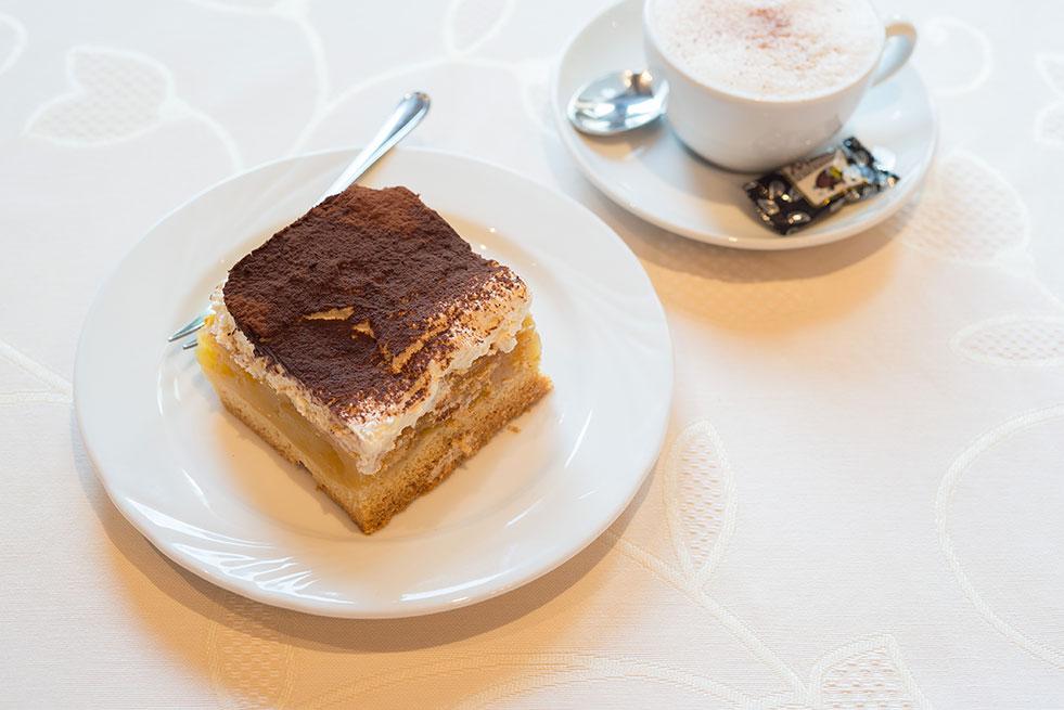 Apfelweintorte Kuchen Cappuccino Gasthaus Brauner Hirsch Waller